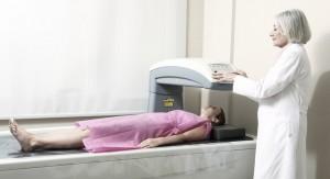 Osteoporose Diagnose einer Patientin mithilfe einer DXA Messung in Köln