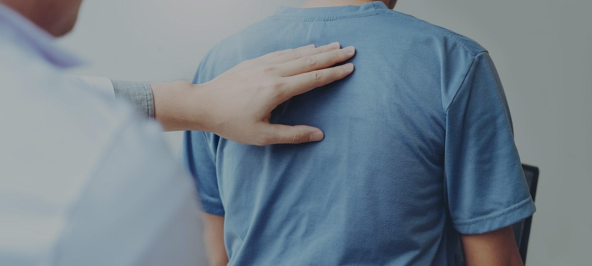 Untersuchung eines Rückens in der Wirbelsäulenchirurgie in Köln