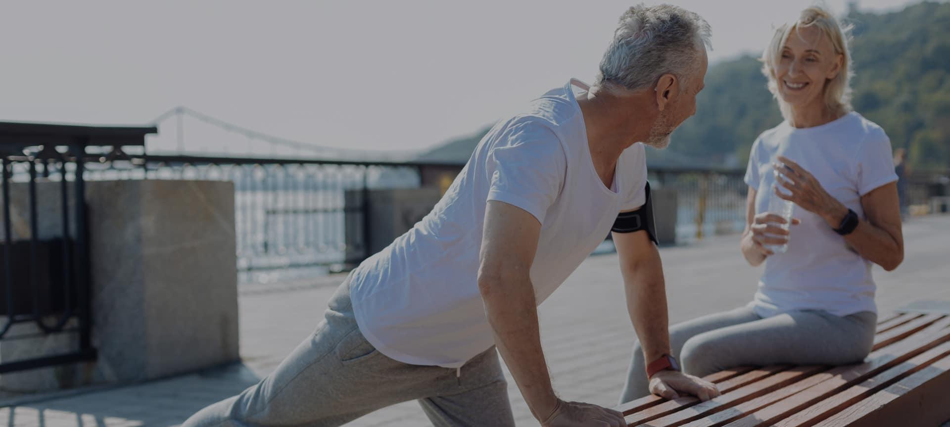 Älterer Mann beim Training mit einem gesunden Rücken